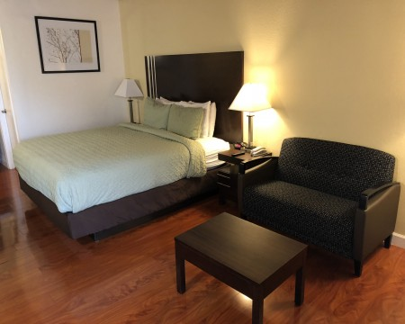 Lombard Plaza Motel - Guest room with a sofabed