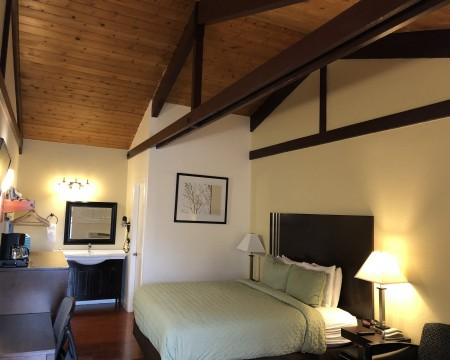 Lombard Plaza Motel - Guest rooms with high ceilings